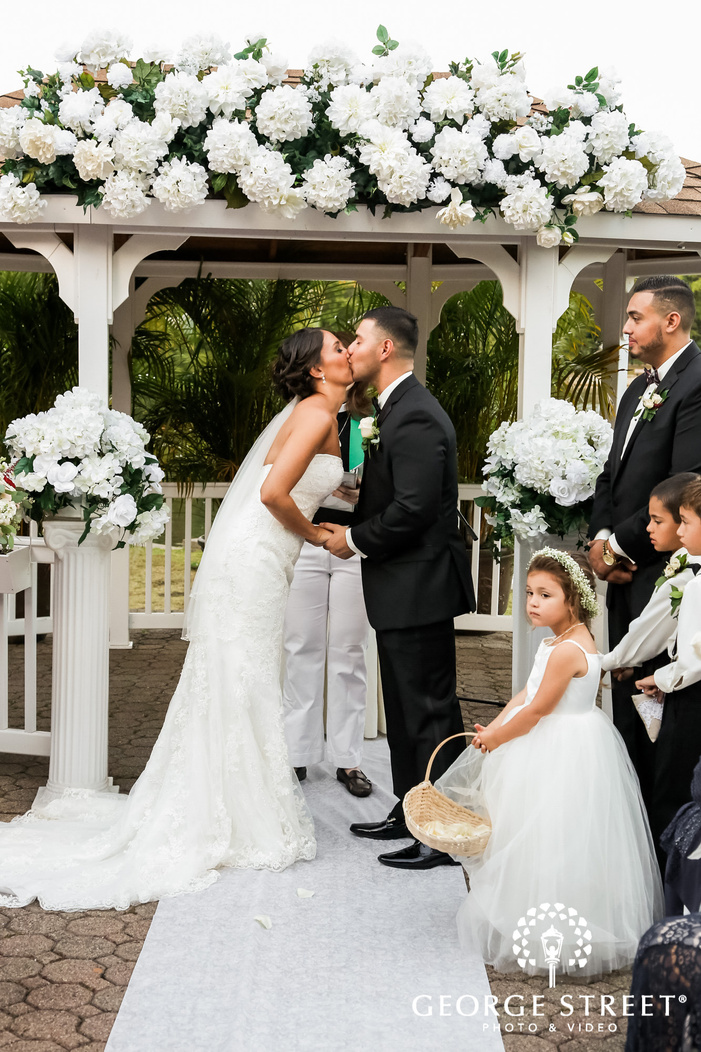romantic couple first kiss near coral house in new york wedding photo