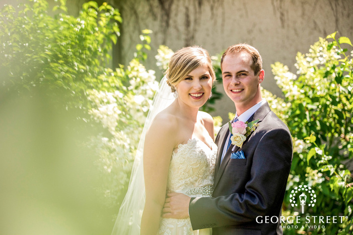 golden valley country club minneapolis gorgeous couple in lawn wedding photos