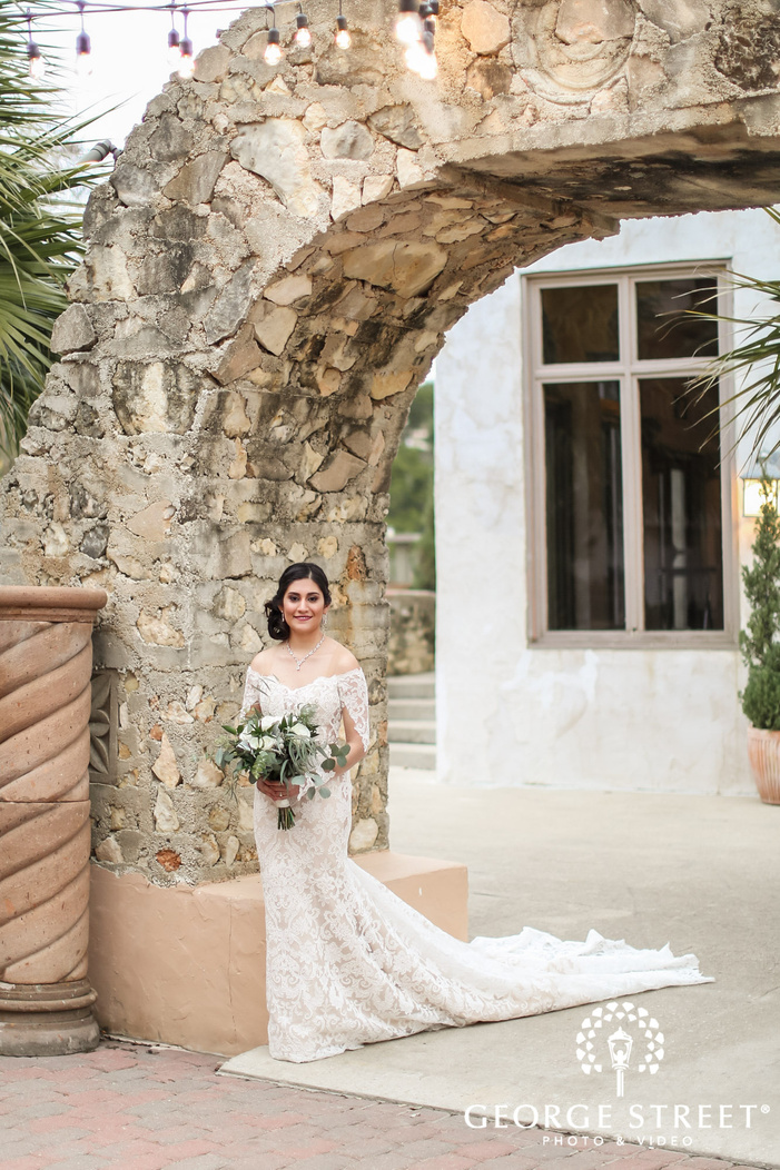 gorgeous bride at arch on entrance wedding photography